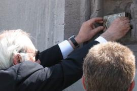 Pietro Kuciukian puts the plaque on the Wall of Remembrance