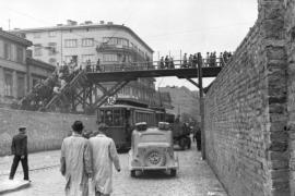 Il ponte, fatto costruire dai nazisti, che collegò il ghetto piccolo con il ghetto grande (Foto da Wikipedia)