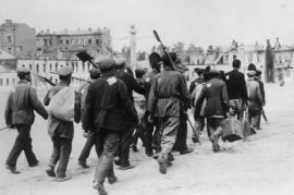 URSS, lavoratori forzati ebrei costretti a marciare dai nazisti (fonte Wikicommons)
