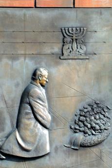 Targa che ricorda il gesto di riconciliazione di Willy Brandt (da Wikicommons, di dominio pubblico)