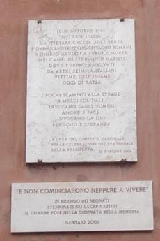 Le targhe che ricordano la deportazione degli ebrei romani (fonte Wikicommons, utente Wikibob)
