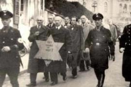 Ebrei costretti a marciare durante la notte dei cristalli (Foto da Wikicommons)