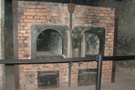 Forno crematorio di Auschwitz (fonte Wikicommons, utente Arie Darzi)