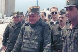L'ex comandante serbo-bosniaco Ratko Mladic con i suoi uomini a Sarajevo nel 1993 (foto Wikicommons, utente Evstafiev Mikhail)