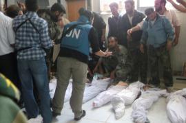 Gli inviati Houla davanti alle file di cadaveri (foto di Freedom House)