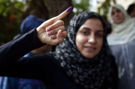 Una donna egiziana al voto (foto di pubblico dominio)