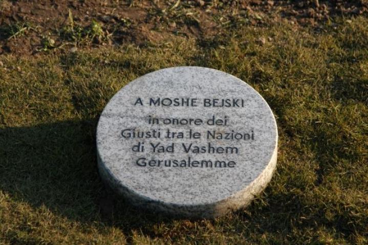 Il cippo sotto l'albero dedicato a Bejski