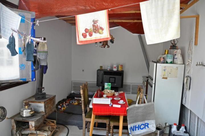Una cucina durante l'assedio. I cecchini colpivano anche all'interno delle case, le persone trascorrevano il tempo e socializzavano soprattuto in cucina (Foto di Anosmia)