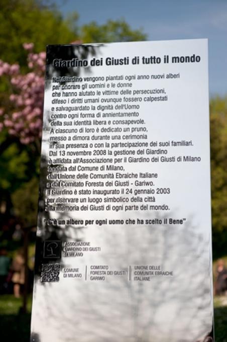 La targa del Giardino dei Giusti di tutto il mondo