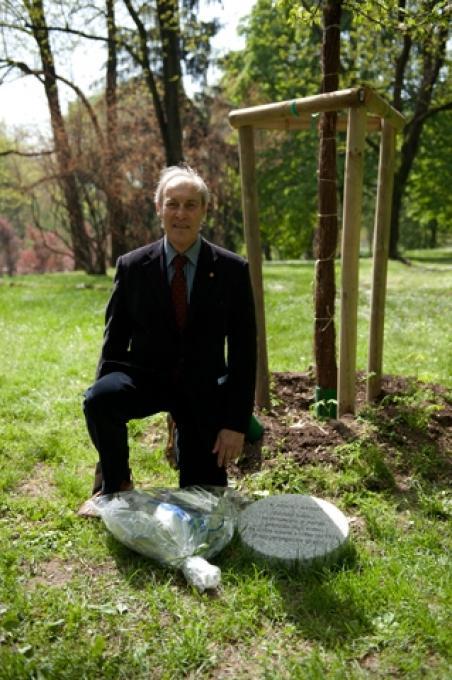 L'architetto Misha Wegner accanto al cippo dedicato a suo padre Armin Wegner